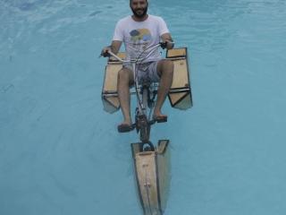 bikeboat-04-flutuando-piscina2-99c70c1eb66fb7217fe15225f22abf05