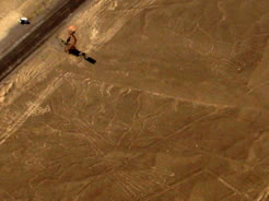 Vista aérea das linhas de Nazca com a estrada e o mirante