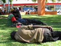 Aborígines bêbados – cena comum nas cidades australianas