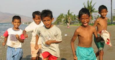 Crianças na praia de Dili