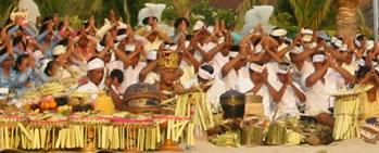 Celebração hinduísta na praia de Kuta