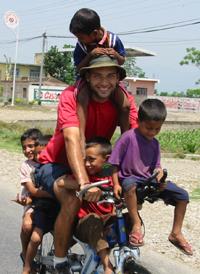 Seis crianças na bicicleta