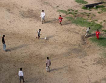 Futebol nos fundos do Forte Jesus em Mombassa