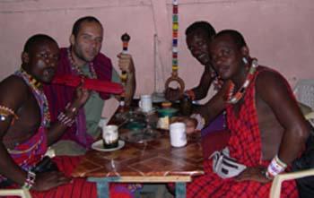 No restaurante com os amigos massai