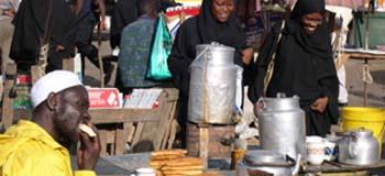 comendo no mercado aberto de Mombassa